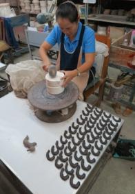Chiang Mai Céladon - Gefässe aus der Gussform lösen