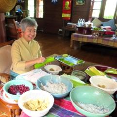 von der Eigentümerin zubereiteten Bohnen-Reis-Kokos-Dessert in Reisblättern