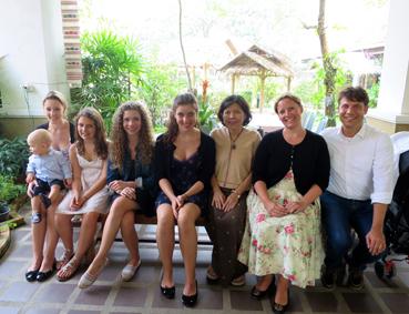 Familie Rath mit Khun Nichada, Leiterin des Haripunchai Institut of Hand-Woven Fabric