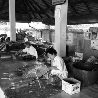 handwerkliche Schirmproduktion im Umbrella Making Center von Bor Sang