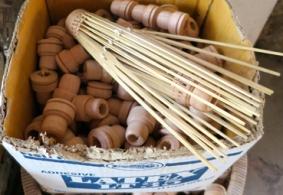 gedrechselte Weicholzteile für den Kopf und Bambusstäbe für die Schirmrippen