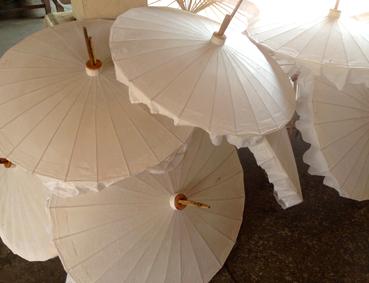 weiße Schirme im Umbrella Making Center Chiang Mai