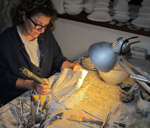 Andrea Sigl bei der Arbeit in ihrer Werkstatt