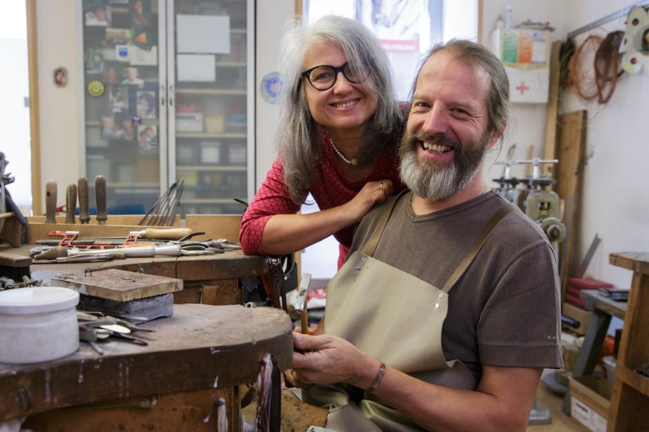 Goldschmied Edwin Zaloha mit Ehefrau Erika in der Werkstatt in Wien