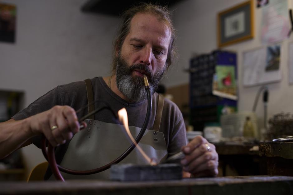 Goldschmied Zaloha in Werkstatt in Wien bei der Arbeit
